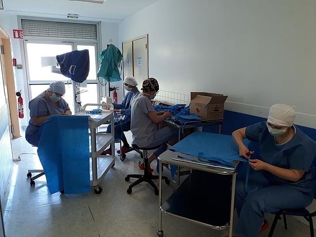 En photo, l'atelier couture du bloc opératoire